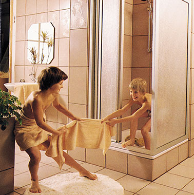 Historic advertisement for Kermi shower enclosures - children playing in the bath