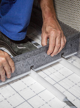 Kermi x-net C17: wide adhesive foot and lateral plastic reinforcement